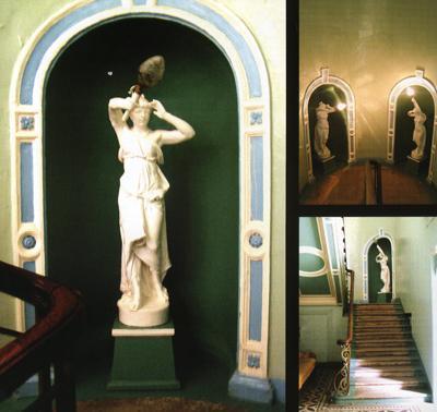 Кострома. Усадьба Колодезниковой .Декоративные скульптуры на парадной лестнице главного дома