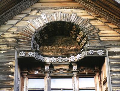 Кострома. Музей деревянного зодчества .Фрагменты резьбы на фасаде дома Липатова