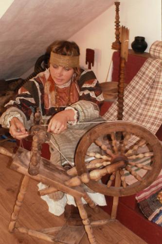 Кострома. Музей - усадьба льна и бересты .Мастерица за прялкой