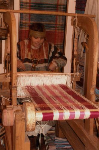 Кострома. Музей - усадьба льна и бересты .Мастерица за ткацким станком
