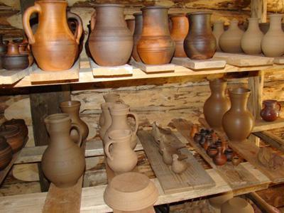 Кострома. Музей деревянного зодчества .Глиняные кувшины
