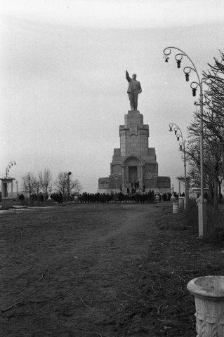 Кострома. Кострома 50-х годов .Пионерская линейка около памятника В.И.Ленину